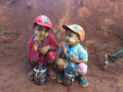 Typisch Myanmarees: Thanaka op het gezicht en multifunctionele lunchtrommels
